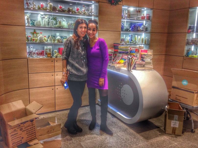 Valeria Merlini (sx) e Stefania Nascimbeni (dx) consegnano i libri allo IEO